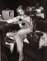 Lauren Bacall posant près d'une radio